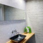 קיר בטון חשוף בשירותים
